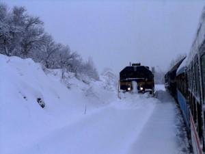 Zbog izvanredne vremenske situacije od 14 sati za sav željeznički promet zatvorene su dionice pruge Ogulin-Rijeka i Ogulin-Knin