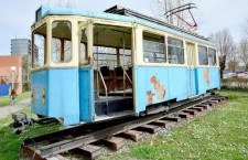 Uništeni tramvaj ispred tvornice Đuro Đaković
