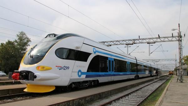 Prvi elektromotorni vlak iz serijske proizvodnje za prigradski promet © hzpp.hr